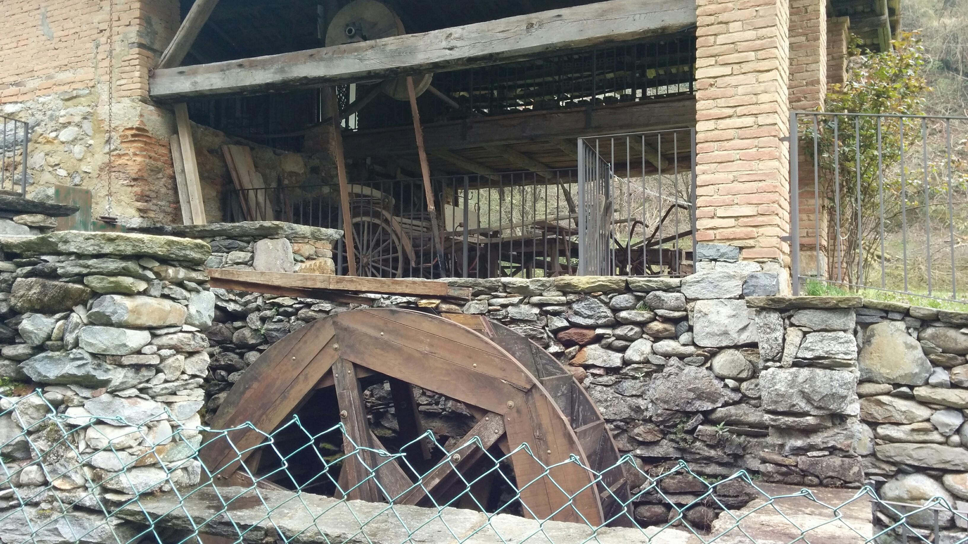Vorbei an einer alten Mühle